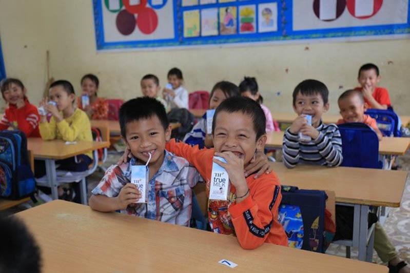 niềm vui củ học sinh tiểu học Châu Hồng, Nghệ An khi uống sữa học đường