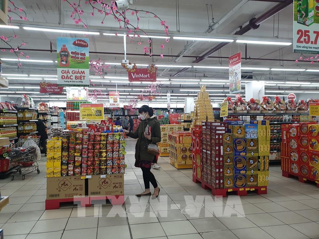 Nhiều loại thực phẩm bày bán tại siêu thị Vinmart Võ Thị Sáu. Ảnh: Phương Anh-TTXVN