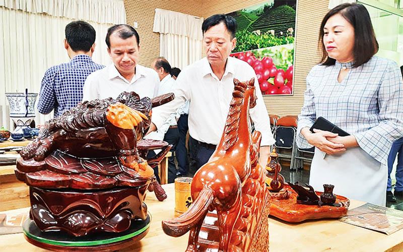 Trưng bày, giới thiệu sản phẩm gỗ thủ công mỹ nghệ tại quận 1