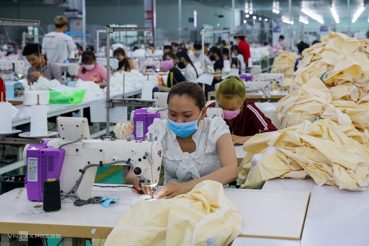 Công nhân làm việc trong công ty may mặc ở KCN Tân Đô, Long An